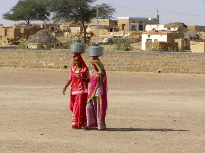 Fetching-water-in-Rajasthan-India